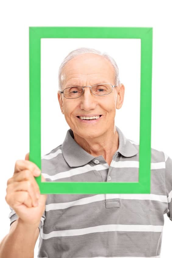 Mann mit einer bequemen Zahnprothese