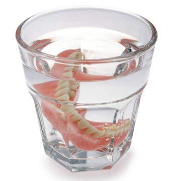 Zahnprothesen im Glas